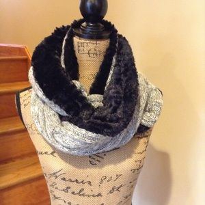 NWOT GOLD TOE scarf. Faux fur lined.